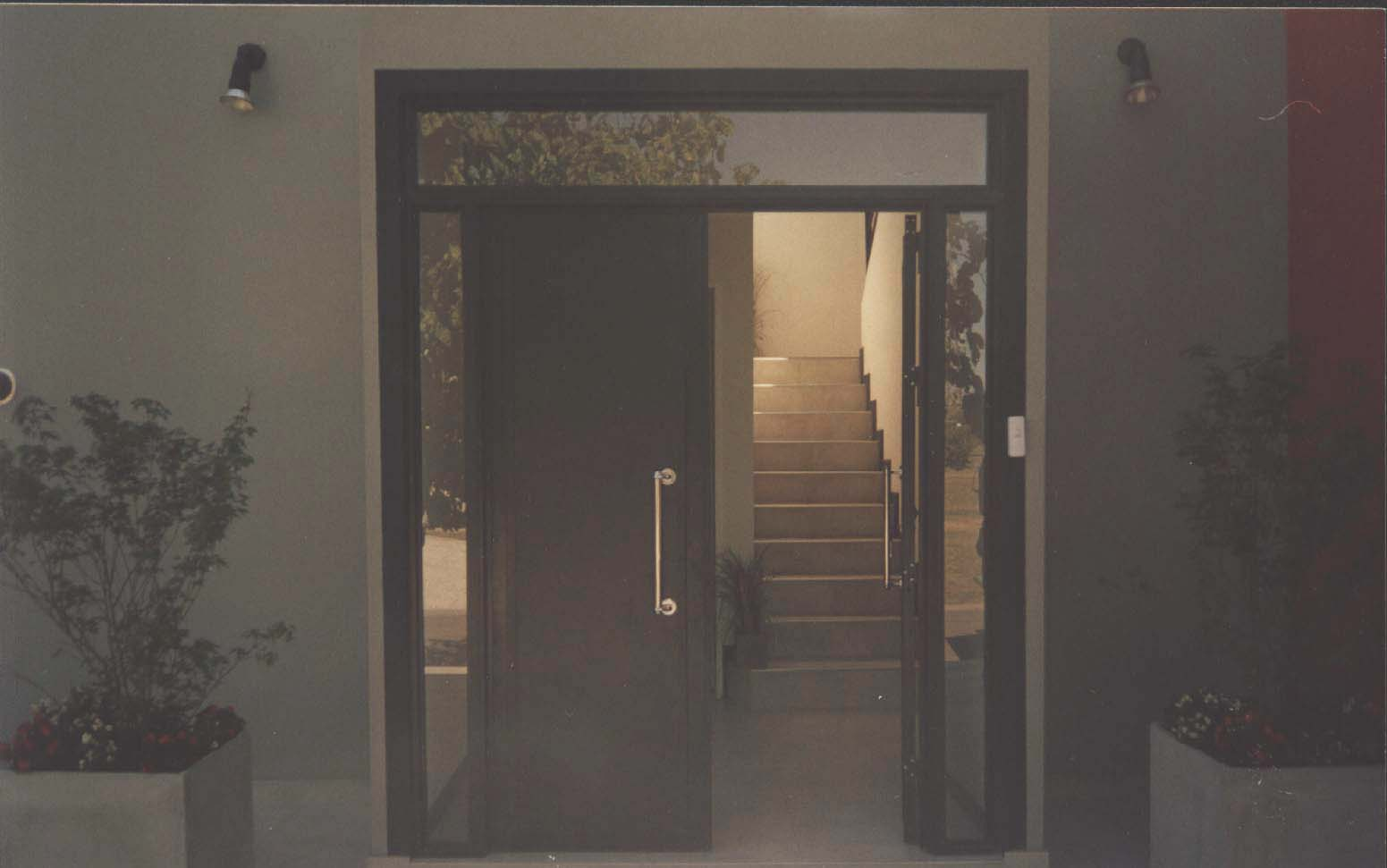 Puertas de aluminio para entrada de ba o for Puerta entrada vivienda